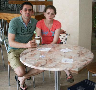 Петр и Оксана Гоян наслаждаются утренним кофе в студенческой столовой.