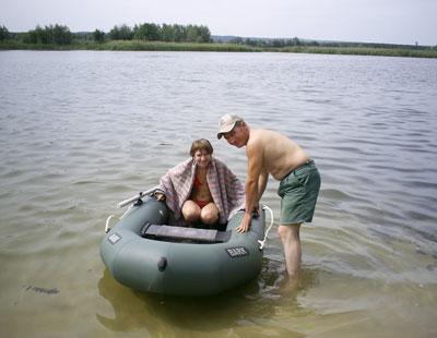 Сергей Захаров решил показать дочери Анастасии живописные места Бакаев с лодки.