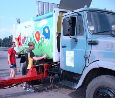 Художники-самоучки Мирослав Воропаев и Владислав Кононович постарались, чтобы новый мусоровоз издали был виден на улицах города.