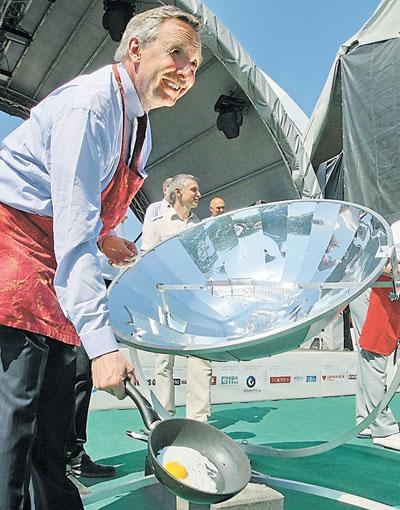 Послы стран Евросоюза приготовили яичницу и сосиски в киевском Европейском городе под аркой Дружбы народов.