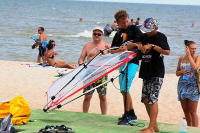 На мариупольском пляже Песчаный состоялась акция Ветрозависимые, отрывайтесь с нами!. Всех желающих бесплатно учили кататься на виндсерфе и пилотировать кайт (воздушный змей).
