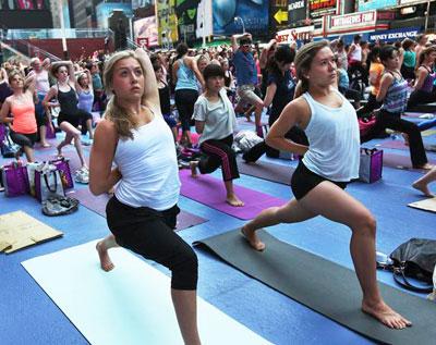 В день летнего солнцестояния на Таймс-сквер в Нью-Йорке 14 тысяч человек провели мастер-класс по йоге. Они занялись ею прямо на проезжей части.