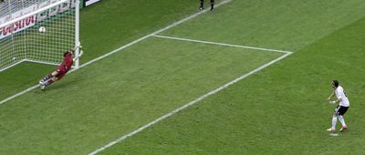 Озил забивает с пенальти на второй добавленной минуте