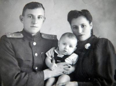 Галина Корона с семьей. Это первая семейная фотография, сделанная сразу после окончания войны.