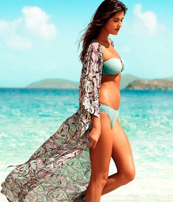 Шведская марка H&M предлагает провести лето в ярких красках. Купальники окрашены во всевозможные оттенки и очень актуальные в этом сезоне принты