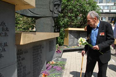 Петр Милько у монумента воинам-журналистам.