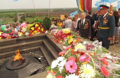 Участник войны Федор Косенко возлагает цветы к Вечному огню с ветераном вооруженных сил Анатолием Родионовым (оба - торезцы).