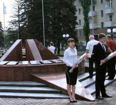 Енакиево. Молодежь - у нового мемориала в почетном карауле.