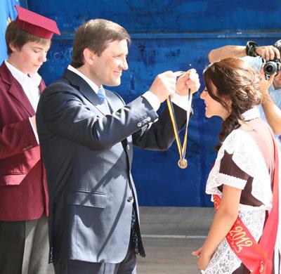 Андрей Шишацкий награждает медалью Дарью Косенко.