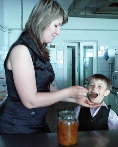 Наталья Евстигнеева кормит царским вареньем сына Арсения.