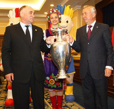 Трофей презентовали знаменитый форвард Шахтера Виктор Грачев и мэр Донецка Александр Лукьянченко.