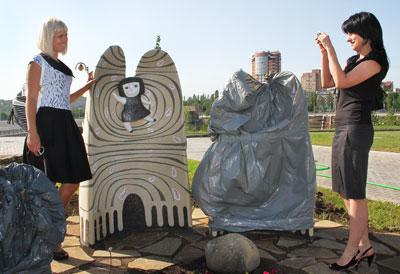 Донецкие художники украсили Музыкальный парк необычными скульптурами. На ночь работники укрывают каменные фигуры целлофаном, чтобы уберечь их от вандализма.