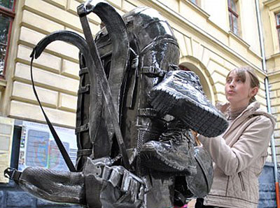 Первый в мире памятник рюкзаку торжественно открыли во Львове, на территории университета.
