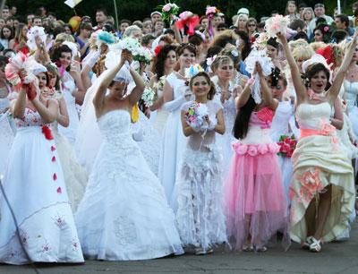 На центральной площади Краматорска впервые состоялся парад невест. В необычном шоу участвовали шестьдесят девушек и женщин - как замужних (им предоставили возможность снова пережить волнующие моменты), так и тех, кто еще не обрел свою вторую половинку.