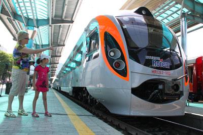 Смотри, на этом поезде в Киев можно доехать всего за шесть часов!.