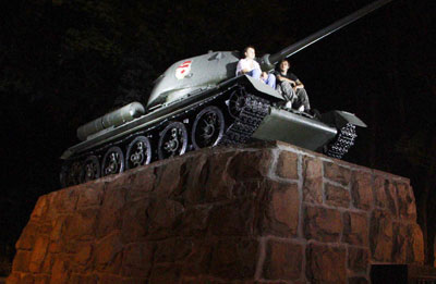 В лучах пусть не славы, так света - и танк, застывший на гранитном постаменте неподалеку от театра оперы и балета.