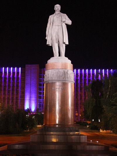 Особенно удачно выделяется бронзовый Тарас Шевченко. Дело в том, что за памятником, воздвигнутым 8 сентября 1955 года рядом с библиотекой им. Крупской, теперь поблескивает иллюминацией здание облгосадминистрации. Так что поэт будто парит над синей сценой.