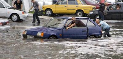 Из-за ливня в четверг улицы Одессы затопило. Уровень воды на некоторых трассах превышал метровую отметку, так что машины оказались по капот в воде.