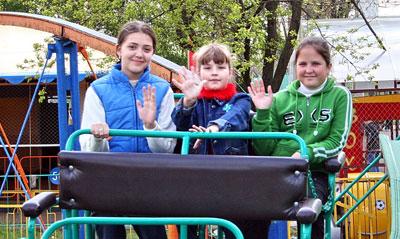 Марина Сокурина (на снимке -  справа) и ее подруги уверяют: Юбилейный - это класс!