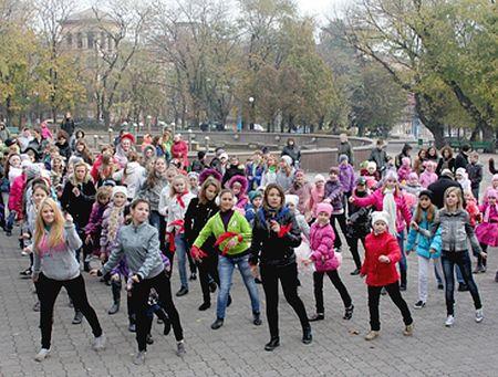 Две сотни мальчишек и девчонок провели в Театральном сквере Мариуполя флэш-моб в стиле «Танцуют все!» Под руководством инструкторов они разучивали элементы хип-хопа и рэпа. «Они показали всему городу, что при желании всегда можно найти возможности для здорового досуга», - поделилась с «Донбассом» директор мариупольского центра внешкольной работы по месту жительства Людмила Балабан.