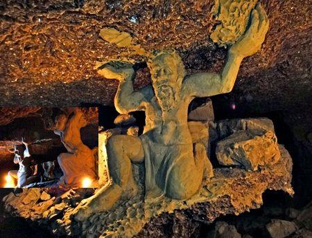 Тернопольской области открыли первый в Европе подземный музей скульптур. Арт-объектами декорировали самую длинную в мире гипсовую пещеру «Оптимистическая». Все экспонаты сделаны из чистой влажной глины, которая есть в пещере.