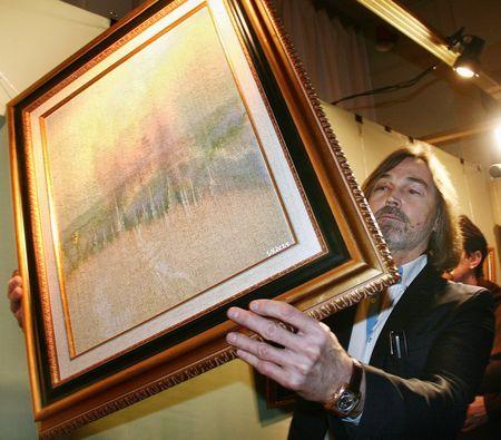 Никас Сафронов  демонстрирует свою самую загадочную картину.