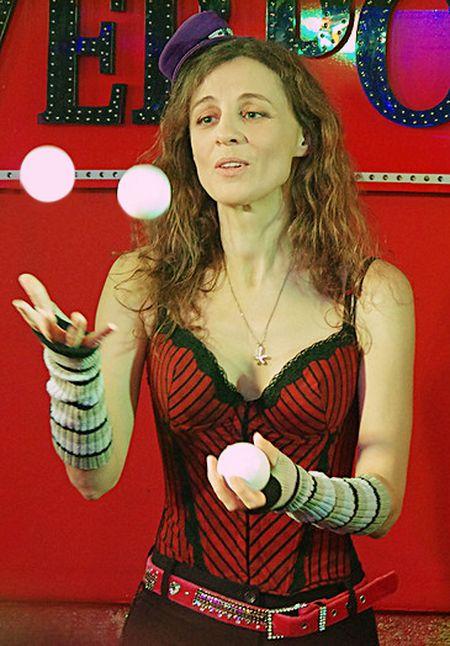 Впервые в Донецке дала концерт известная российская певица, поэт и композитор Ольга Арефьева. Во время выступления она успевала не только радовать зрителя новыми и старыми песнями, но еще и жонглировать на сцене белыми шариками.