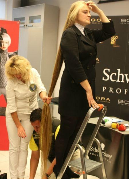 В Украине зарегистрировали новый рекорд: Анна Янко из Черкасс официально стала обладательницей самых длинных волос в стране - 2 м 21 см. По словам специалистов, скорость роста волос в среднем составляет 1,2 см в месяц.