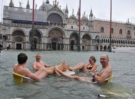 Из-за сильнейшего за последние полвека наводнения под воду ушло 70 процентов площади Венеции. Сюда потянулись туристы - они сидят в кафе за столиками, где вода поднимается выше пояса, купаются в 20-градусном море, вышедшем на площадь Сан-Марко, и радуются возможности настолько необычно провести отпуск.