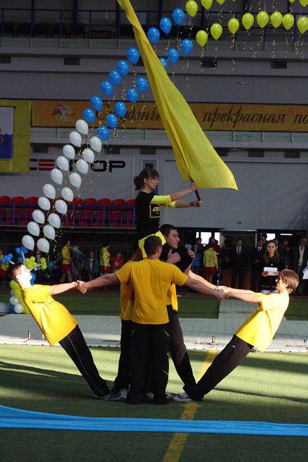 Более четырех тысяч студентов из десяти вузов Мариуполя приняли участие в спортивно-развлекательном шоу «Студенческая феерия». Ребята представили зрителям акробатические номера, танцы, показы мод. Лучших наградили ценными подарками.