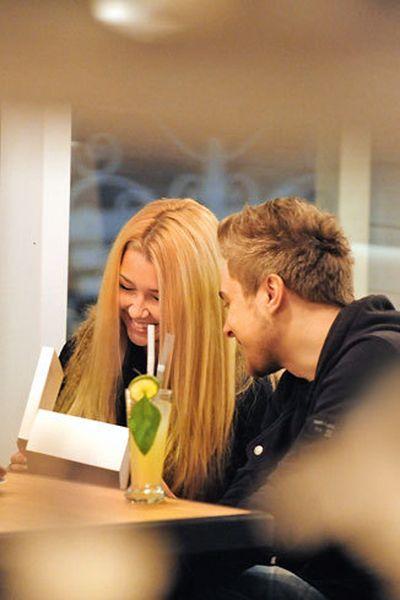 Фото блондинки с парнем сзади #11