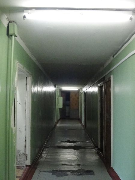 В третьем и четвертом общежитиях ДонНУ  пол напоминает проселочную дорогу - яма на яме!
