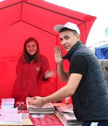 Заходите еще! - у коммунистов в палатке рады  всем посетителям, даже с фотокамерами.