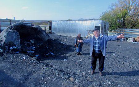 Красноречивый жест горняка-пенсионера Евгения Голикова говорит о том,  что от этой беспомощности власти приходится только разводить руками!