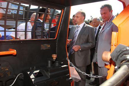 Игорь Попович и гендиректор холдинга «Горные машины»  Евгений Ромащин оценивают технические особенности электровоза «ЭРА-М».