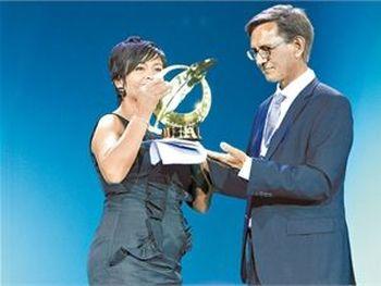 Золотое перо свободы получает журналистка  Анабель Эрнандес.