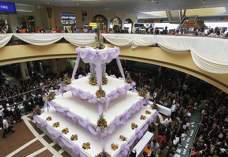 В разных странах начался сезон регистрации семейных союзов. А на Филиппинах изготовили гигантский шоколадный свадебный торт весом в пять тонн.