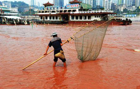 Воды Янцзы у города Чунцин окрасились в красный цвет. Живущие на берегах самой длинной реки Китая подозревают, что причиной этого является загрязнение. Но Бюро экологической защиты Чунцина утверждает, что наводнение, случившееся вверх по течению, размыло красный грунт, и река окрасилась.