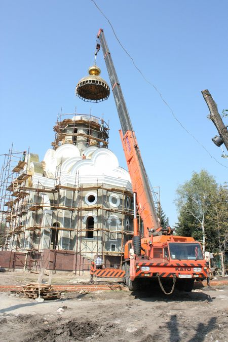 На Свято-Викторовский храм в Димитрове водружены пять золотых куполов с крестами. Торжественное освящение и открытие храма планируется в конце сентября. Здесь будет также воскресная школа, православная библиотека, фонтаны и детская площадка.