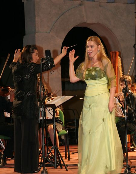 Людмила Порватова исполняет арию Мюзетты  из оперы «Богема» Пуччини во время концерта в честь маэстро Леона Маджиэра, аккомпаниатора Лучано Паваротти.