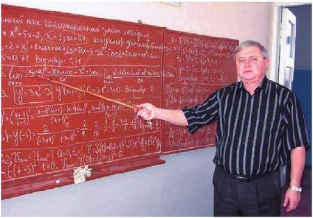 Сегодня Иван Бродяной, отдавший благодатновской школе тридцать лет своей жизни, станет первым почетным жителем села.