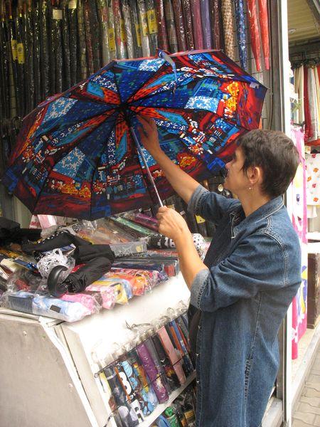 Прежде чем купить понравившийся зонт от «Zest»,  Анна Ильина убедилась, что купол надежно держат  десять металлических спиц и есть система «антиветер».