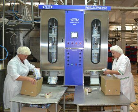 Горловский молокозавод. Ирина Суховерхая и Людмила Турская фасуют молоко с помощью специального аппарата.