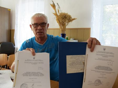 «Мои земляки, - негодует сельский голова  Василий Бордюг, - каждый месяц вынуждены  платить откупные в размере четырёхсот тысяч гривен».