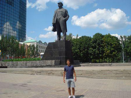 Мохамед Собхи из Египта приехал проверить, действительно ли Донецк является городом миллиона роз.  А ещё его впечатлил огромный памятник Ленину.