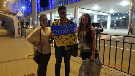 Канадец Триет Дунг с гостеприимными донецкими девушками стал фотографироваться прямо в аэропорту - чтобы сохранить все позитивные моменты.