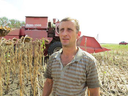 Заработок комбайнёра  Владимира Кудинова мог стать весомее, если бы не засуха и не низкие закупочные цены на зерно.