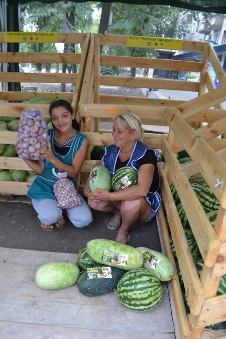 Продавцы Тамара Драгун и Нина Воронина с удовольствием торгуют овощами с маркировкой  «Чистый продукт-С»: «Мы точно знаем, что люди съедят этот арбуз, и с ними всё будет нормально!»