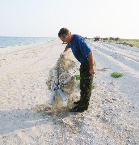 Вот такие выброшенные на берег штормами  браконьерские сети Ольга Викторовна сжигает.