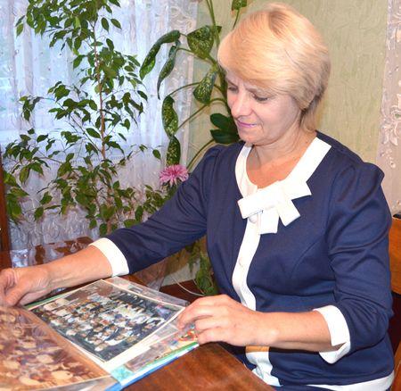 Светлана Соловьёва часто просматривает фотографии своих бывших учеников.